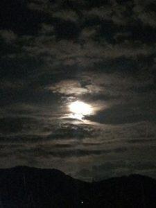 雲に隠れる満月
